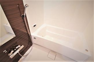 新品の浴室です♪一日の疲れを癒してくれます!!浴室乾燥機付きで雨の日のお洗濯物も困りませんね(^^)