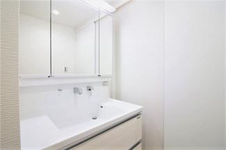 新品の洗面化粧台です♪シャワー水栓で使い勝手がいいですね(^^)鏡は三面鏡です!鏡の後ろは小物収納になっております!