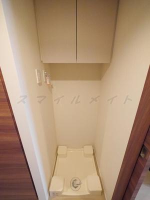室内洗濯機置き場・上部に収納もあります。