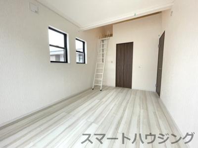 ロフト付きの洋室です。 天井が高いので開放感があります。