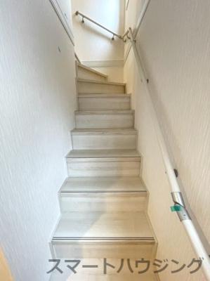 手摺付き階段なので昇降も楽ちんです。