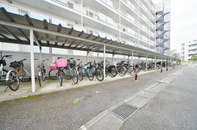 屋根付きの駐輪場です。空き状況はご確認ください。