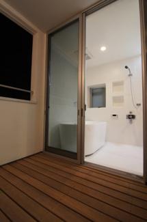 浴室から専用バルコニーへ出られます ※新築時写真