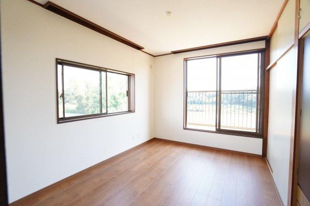 2階 窓が大きいので採光と通風がいいので気持ちよく過ごせそうですね。