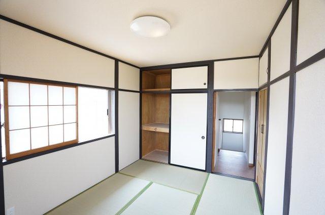 2階 お布団や座布団、季節物の家電など収納できあると便利な押入です。