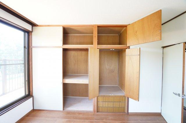 2階 パイプハンガーがあるので、普段よく着るお洋服やバッグを収納できます。