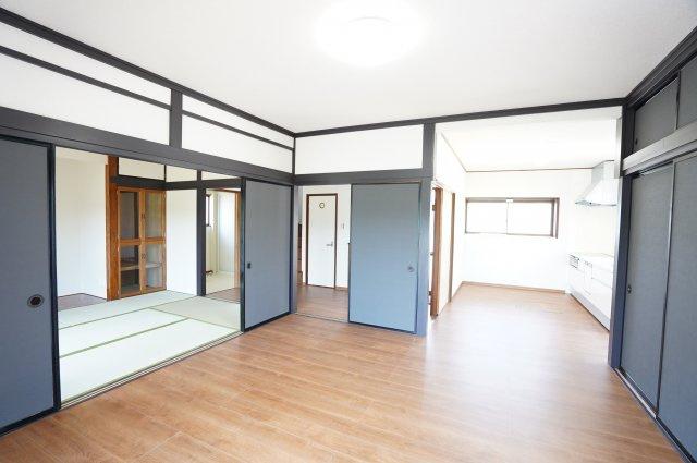 リビング隣の和室を開放することで広々空間となりゆったりと過ごすことができます。