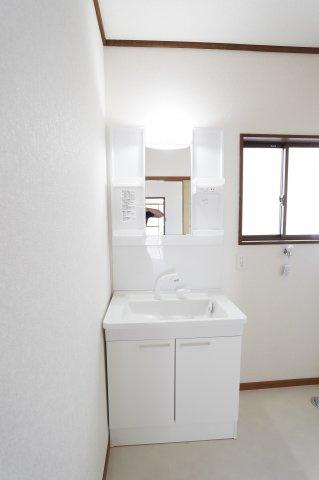 シャワー付洗面化粧台。歯ブラシや化粧品などすっきり片付けられます。