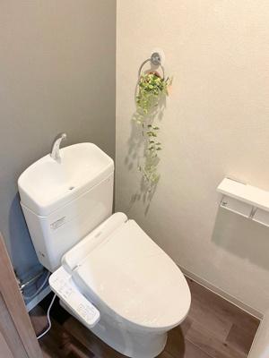 新品の温水洗浄便座ですので、気持ち良くお使いいただけます。クロスがおしゃれなトイレ空間を演出していますね♪
