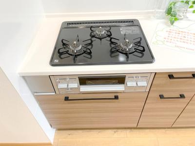 ガスの3口コンロはお料理上手な方にもご満足いただける設備ですね。