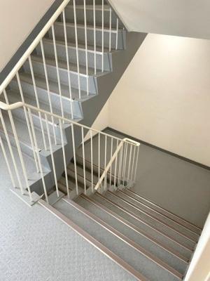 清掃が行き届いた階段部です。
