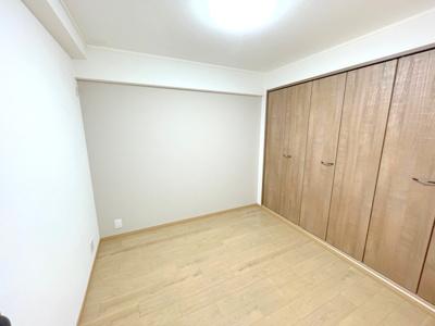 洋室4.8帖は壁一面のクローゼットが便利。お部屋を広く使えます。