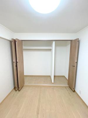 仕切りや洋服掛けレールが使いやすい収納。