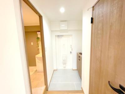明るい玄関はシューズボックス付き。