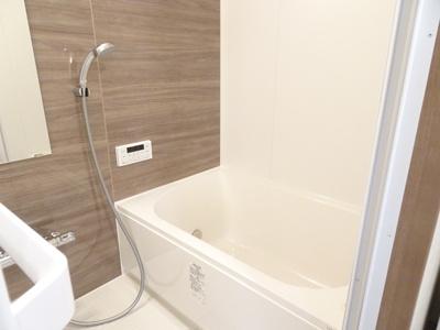 上質が感じられるカラーリングで、清潔な空間美を実現。一日の疲れが癒される優雅なバスタイムを官能できるゆとりあるバスルームです。