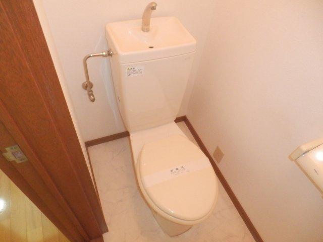 トイレには小窓があります。