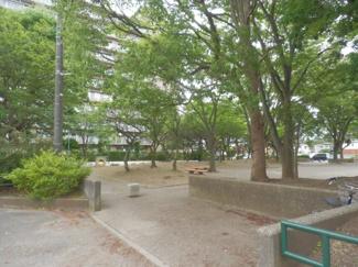 アパートを出ると公園があります。