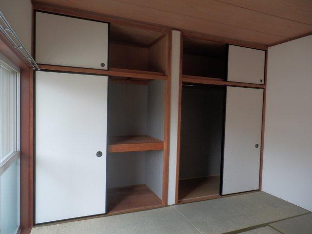 たっぷりとした収納、押し入れをクローゼット風に加工しました。天袋もあります。