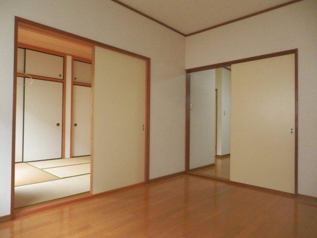 和室・洋間各窓にはシャッターついています。