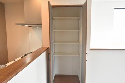 ダイニングキッチンの収納スペースも便利♪