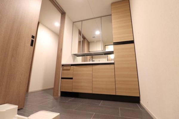 【洗面所】リネン庫にはタオルなどを収納でき、スッキリとした洗面スペースになっております◎