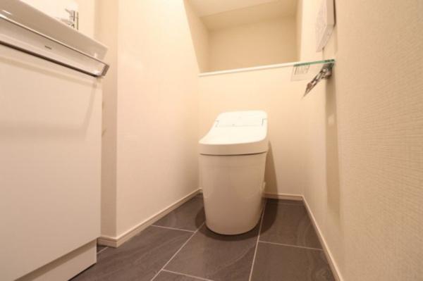 【トイレ】タンクレスでスッキリとしたお手洗いになっております!!収納も豊富です!