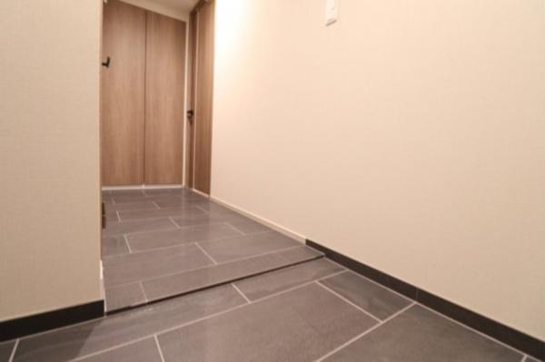 【玄関】玄関から廊下、お手洗い、洗面所までの床は全てタイル貼りとなっております◎
