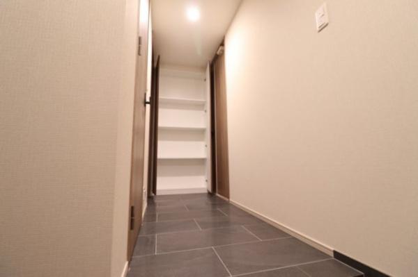 【収納】廊下の突き当りには収納スペース付き☆
