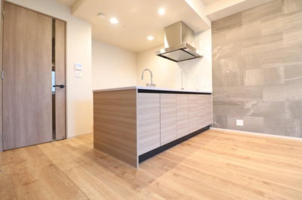【リビングダイニング】キッチンにはダウンライトが付いており、温かみのある空間となっております☆