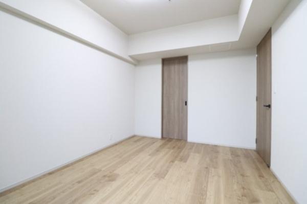 【洋室】約4帖の洋室と繋がっているので、WICのように使っていただくことも出来ます♪