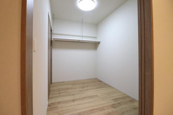 【洋室】約4.0帖のお部屋です!書斎や洋服部屋などと、様々な使い方が可能です☆