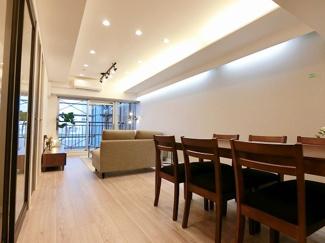 LDKは広々16帖、おしゃれな家具付の物件になります