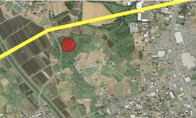 国土地理院の航空写真より。赤丸が物件位置、黄色線は計画中のバイパスです。