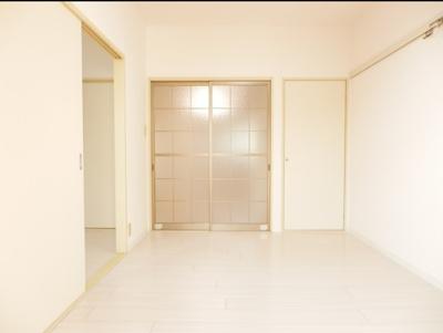 ダイニング側洋室