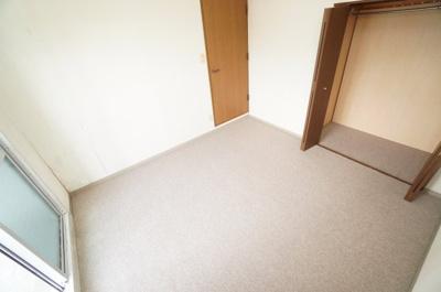 【西側洋室約6.5帖】 サブバルコニーに面する本居室は とても明るく主寝室向きです。 また、ウォークインが出来るクローゼットも完備。 荷物も部屋に溢れる事なく広く使えそうですね!