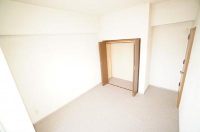【東側洋室約5.8帖】 居室にはクローゼットを完備し、 自由度の高い家具の配置が叶うシンプルな空間です。 お子様の成長と共に必要になる 子供部屋にもぴったりの間取りですね。