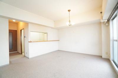 【約16.7帖LDK】 柱型や梁型がすっきり収まった形のリビングダイニング。 さて、家具の配置をどの様にしていくか迷いますね! 現在の床はカーペットとなっています。 フロアータイルを施工する予定です。