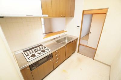 【キッチンルーム】 リビングの開き戸を開けて入ると、左側が対面式のキッチンルームとなります。 新規交換予定ですが、いつもだとクリナップ社製です。 さて、今回はどんなシステムキッチンになるのでしょうか。