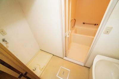 【パウダールーム】 装着が楽なワンタッチ式の給水栓を予定。 どの方向にも洗濯機を合わせやすいように、 洗濯機パンを設置。 ドラム式の洗濯機も入るサイズですが、 お手持ちのサイズが入るか要確認です!