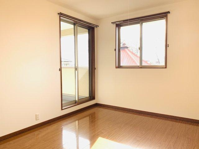【リフォーム前写真】2階 窓が2面あるので採光・通風のよいお部屋です。