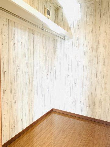【リフォーム前写真】2階廊下 スーツケースやゴルフ用品など大きな物も収納できます。
