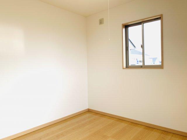 【リフォーム前写真】広い玄関ホールなので靴を脱いだり履いたりするのにゆっくりできますね。