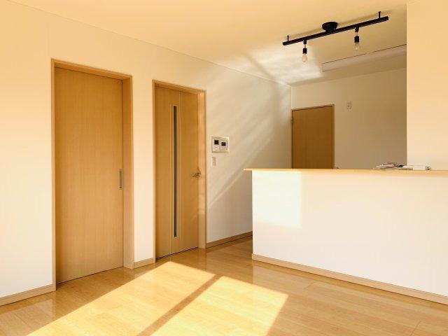 【リフォーム前写真】ガラス部分から光が取り込める玄関ドアなので明るいです。