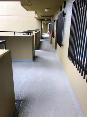エレベーターから玄関までの廊下になります♪