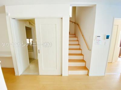 (同仕様写真)プライベート空間は2Fに4部屋確保。シンプルな色合いなのでお好みの居室を演出するのも楽しみの一つですね!全居室日当たり・風通し良好。