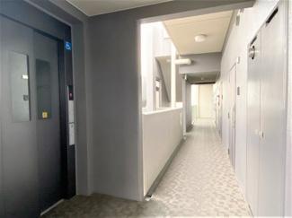 エレベーター横