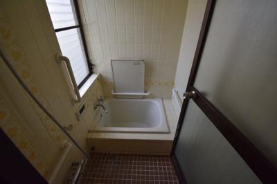お風呂は窓がついて開放的です。