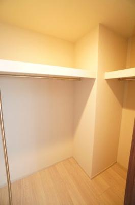 【東側洋室約6帖WIC】 たっぷり収納! コートやスーツだけでなく、収納棚を中にしまえば ニットやパンツも中にしまえて お部屋をすっきりとお使いいただけます! お部屋のコーディネートと幅が広がります♪