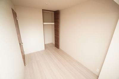 【西側洋室約5帖】 居室にはクローゼットを完備し、 自由度の高い家具の配置が叶うシンプルな空間です。 お子様の成長と共に必要になる 子供部屋にもぴったりの間取りですね。