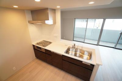 【システムキッチン】 Takara Standard社製。 マルチ収納対面プランにて、 毎日のお掃除が楽になるよう壁面は キッチンパネルを採用。 今回は、敢えて使いにくい上部収納棚を 作らずに明るく!